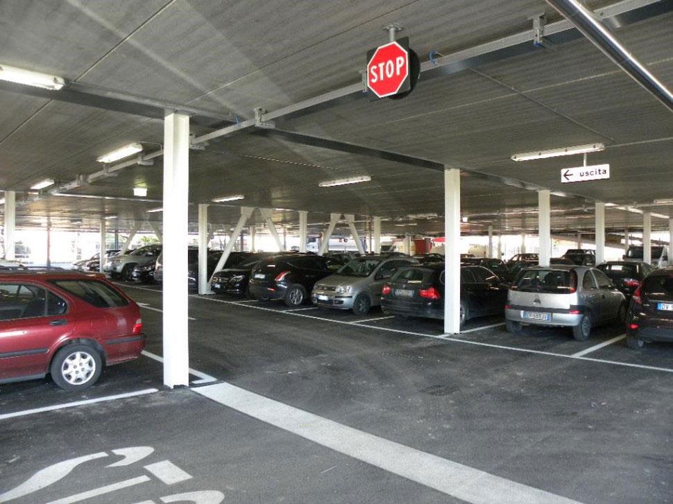 Evo-Park - Construction d'un parking aérien multi-niveaux pour un concessionnaire de voiture en Italie.